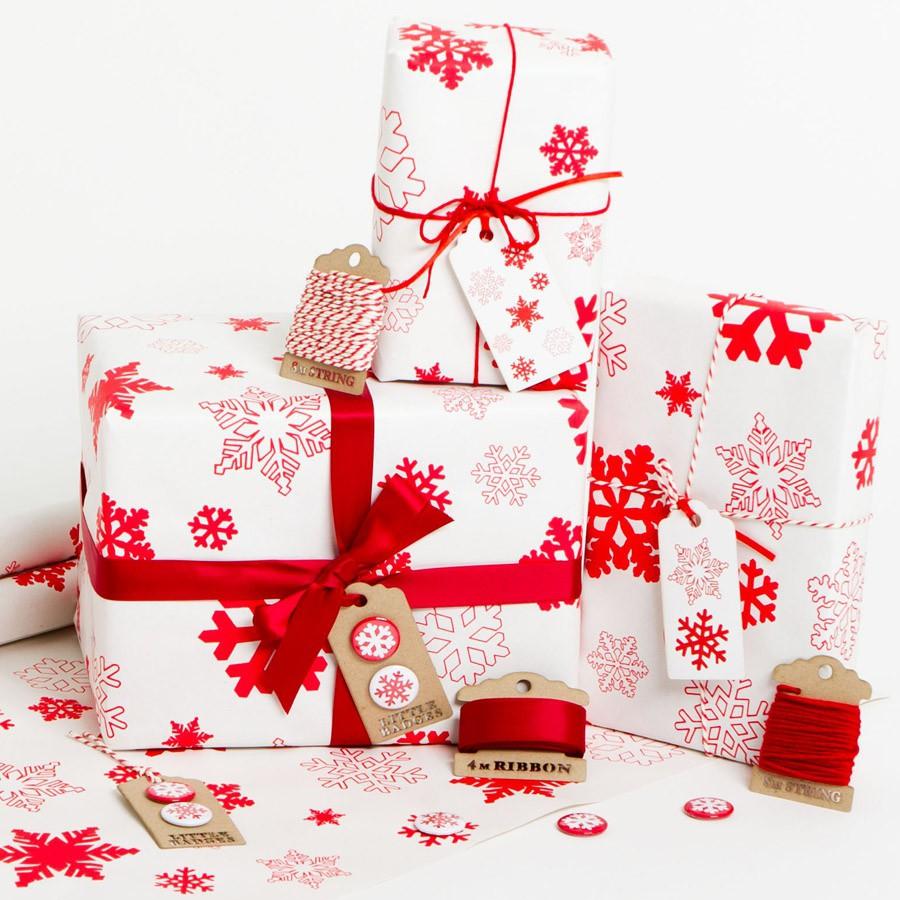 Vánoční balící papír - Sněhové vločky - červené - bílý papír